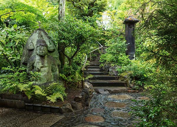 You can see stone Buddha statues and stone pagoda everywhere in the garden.