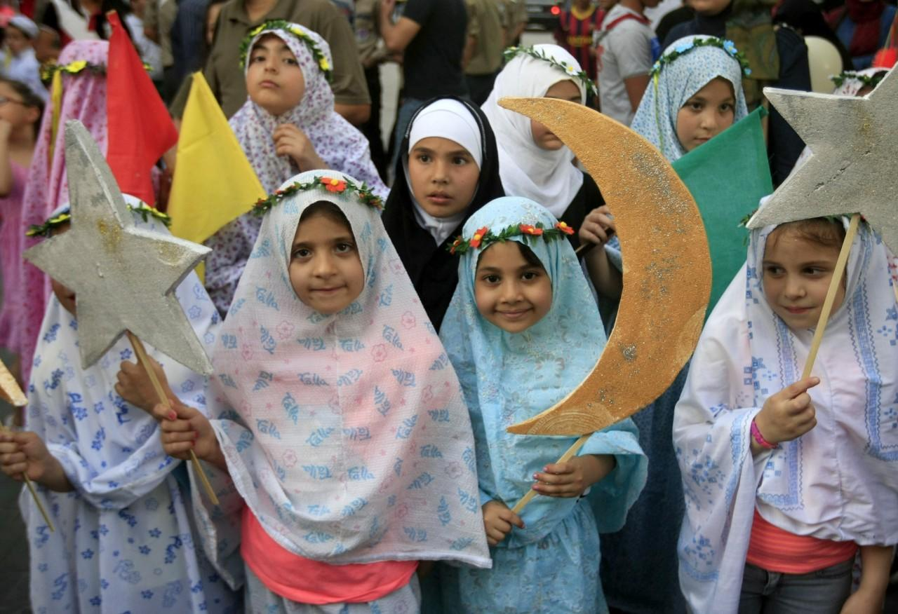 <p>Lebanese girls hold crescents and stars during a street performance celebrating the holy month of Ramadan in the southern port city of Sidon, Lebanon, June 4, 2016. (AP/Mohammed Zaatari) </p>
