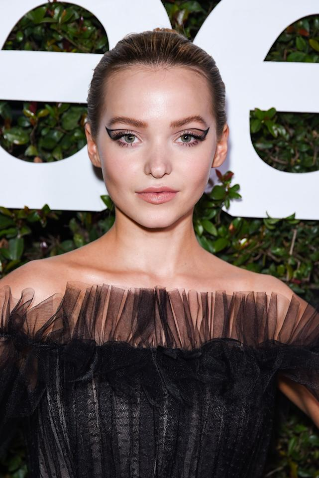<p>Dove Cameron's cat eye was created only with the outline of the liner for this appearance.</p>
