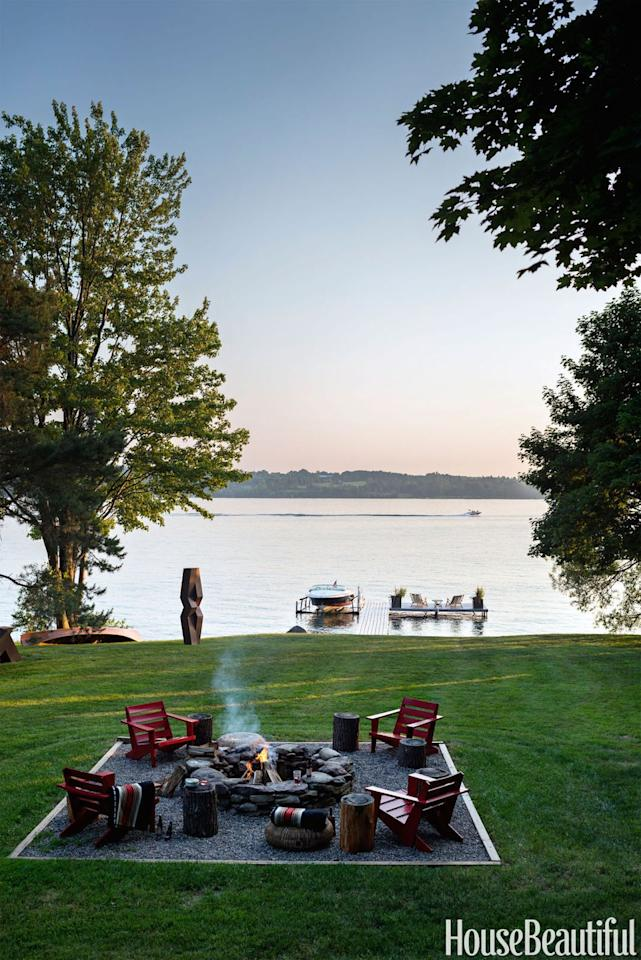 "<p>With views of a gorgeous lake, this <a rel=""nofollow"" href=""https://www.housebeautiful.com/design-inspiration/house-tours/g1293/thom-filicia-lake-house-1112/"">upstate New York home</a> boasts a rustic-chic lounge area anchored by a fire pit.<br></p>"