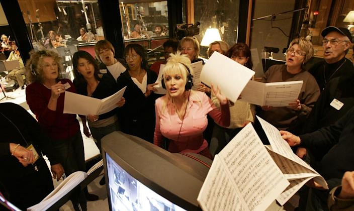 2006: Dolly Parton sings surrounded by background vocalists during Oscars rehearsal