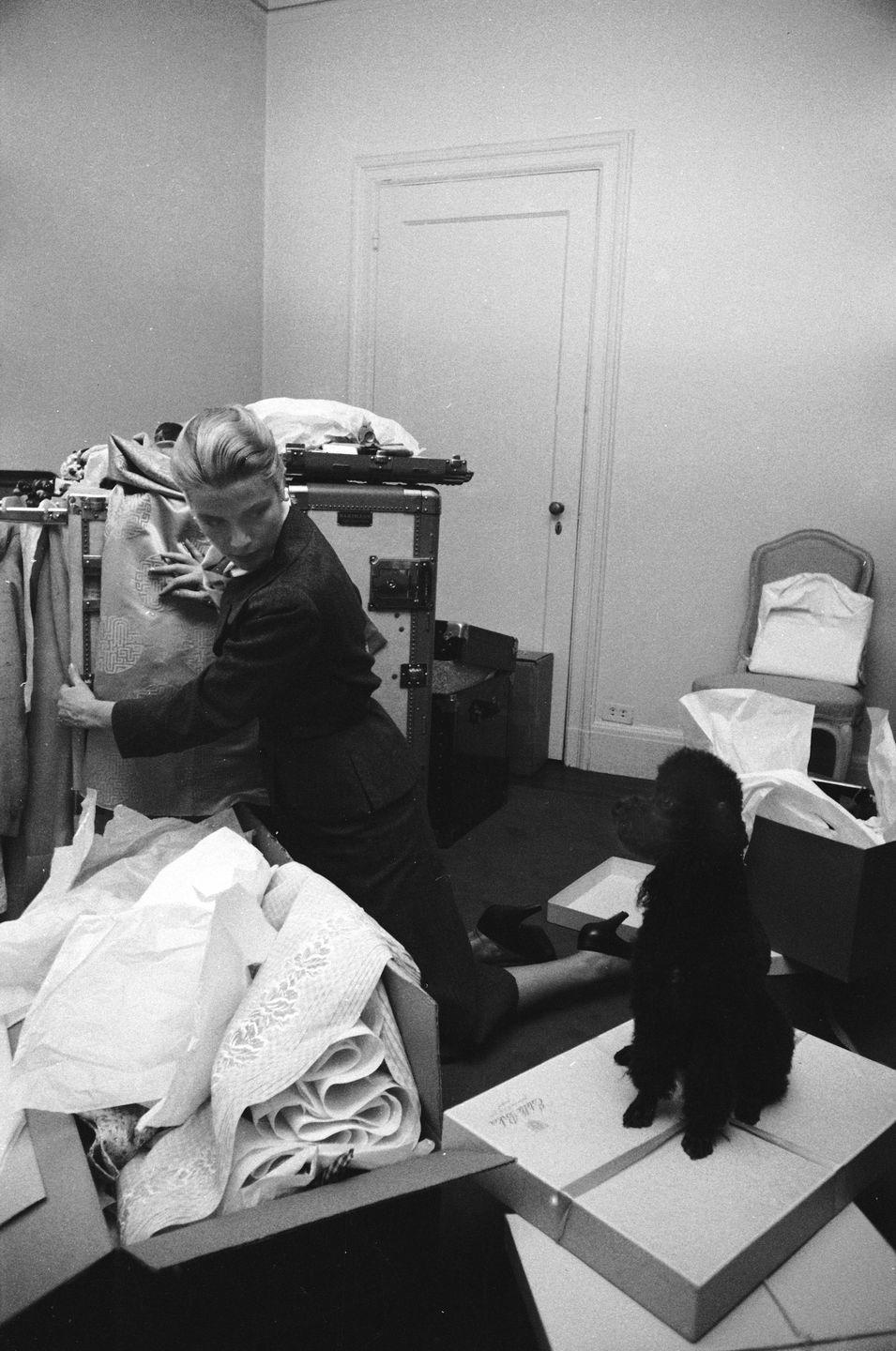 <p>Kelly is joined by her poodle, Oliver, as she packs up her belongings and sorts through her closet before her move to Monaco.<br></p>