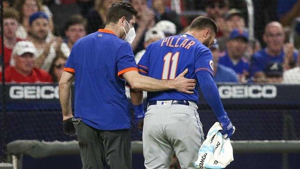 Mets Kevin Pillar walks off with the trainer