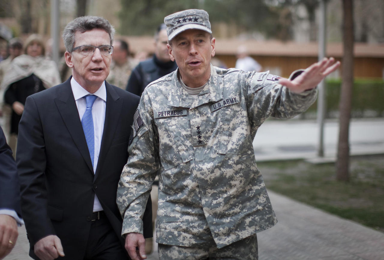 German Defence Minister Thomas de Maiziere (L) and General David Petraeus, Commander of the NATO International Security Assistance Force (ISAF) and US Forces in Afghanistan meet at the ISAF headquarters in Kabul, March 26, 2011. This is de Maiziere's first trip to Afghanistan since becomming defence minister.    REUTERS/Michael Kappeler/Pool
