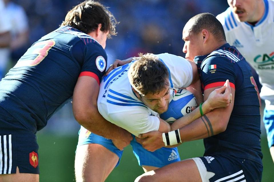 Italy's fly-half Edoardo Padovani (C) fights for the ball with France's center Gael Fickou (R) during their Six Nations rugby union match, at the Olympic Stadium in Rome, on March 11, 2017 (AFP Photo/Alberto Pizzoli)