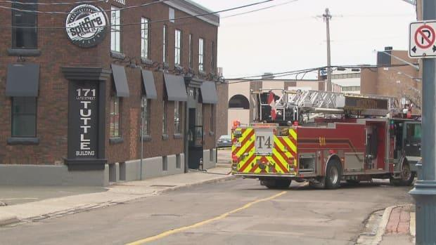 The Moncton Fire Department responded to an alarm at 171 Lutz St. on Saturday morning. The building has extensive damage. (Radio-Canada - image credit)