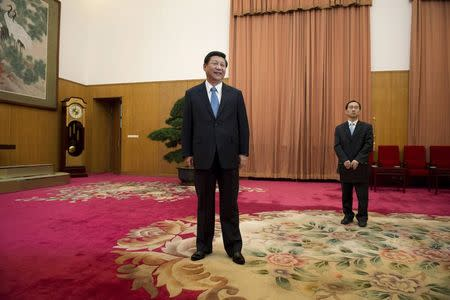 Leader of the Chinese Communist Party Xi Jinping (C) waits to greet former U.S. President Jimmy Carter in room 202 of the Zhongnanhai leadership compound in Beijing in this December 13, 2012 file photo.      REUTERS/Ed Jones/Pool/Files