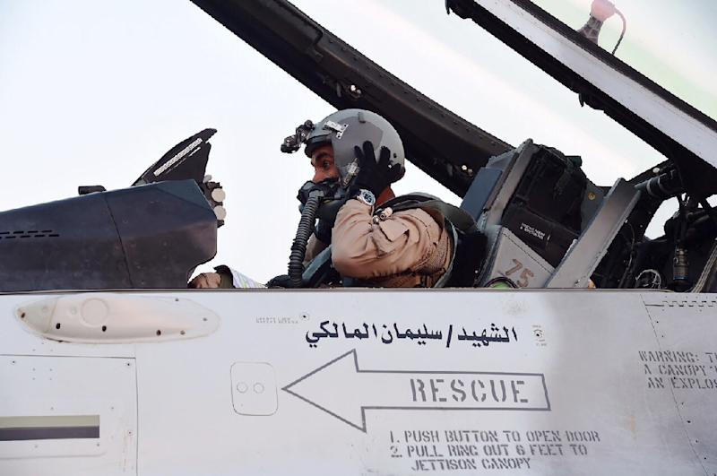 A pilot sitting in a cockpit of a fighter jet of the UAE armed forces after raids against Shiite Huthi rebels in Yemen, April 3, 2015 (AFP Photo/)