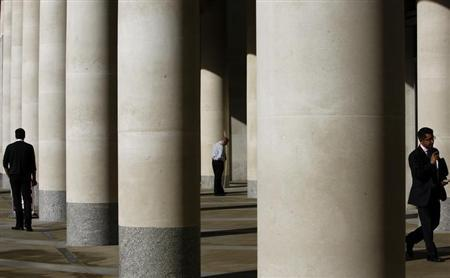 City workers take a break outside the London Stock Exchange October 27, 2008. REUTERS/Alessia Pierdomenico