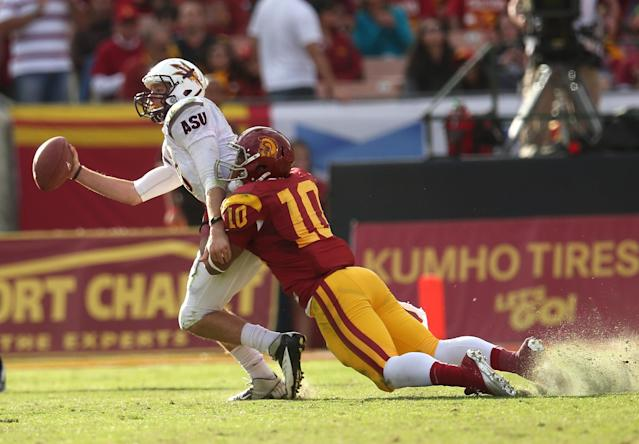 LOS ANGELES, CA - NOVEMBER 10: Linebacker Hayes Pullard #10 of the USC Trojans sacks quarterback Taylor Kelly #10 of the Arizona State Sun Devils at the Los Angeles Memorial Coliseum on November 10, 2012 in Los Angeles, California. USC won 38-17. (Photo by Stephen Dunn/Getty Images)