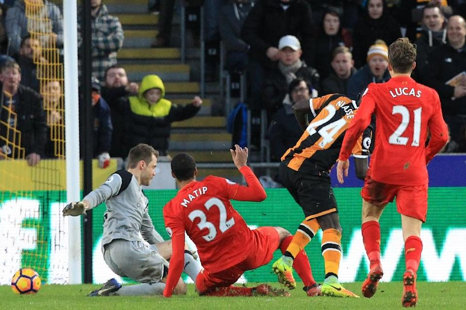 Hull City's Oumar Niasse scores a goal past Liverpool's goalkeeper Simon Mignolet (L) during their English Premier League match, at the KCOM Stadium in Kingston upon Hull, on February 4, 2017 (AFP Photo/Lindsey PARNABY)