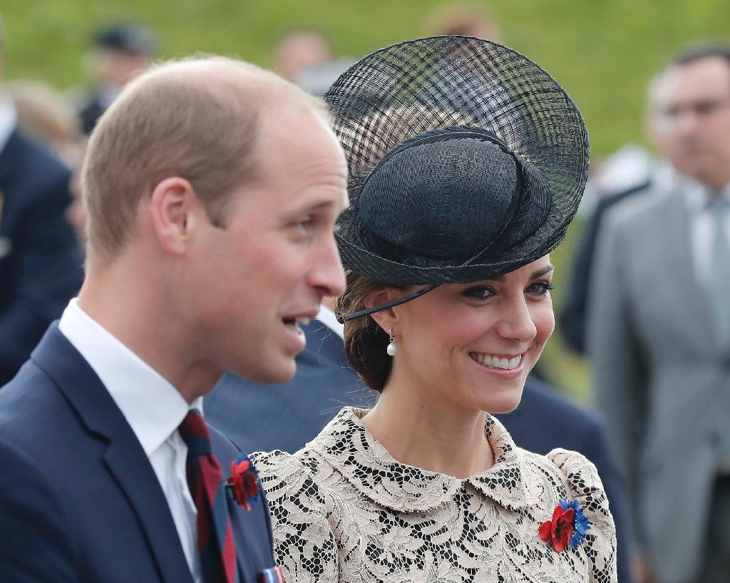 Britain's Prince William (L) speaks with French officials and his wife Britain's Catherine, Duchess of Cambridge smiles as they arrive in Thiepval, northern France, on July 1, 2016 (AFP Photo/Francois Mori)