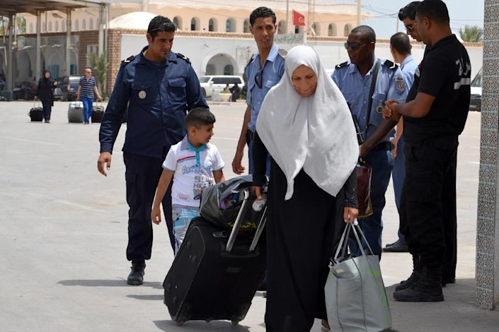 A Libyan woman fleeing the violence in her country enters Tunisia through the southern border crossing at Ras Jedir on July 30, 2014 (AFP Photo/F Nasri)
