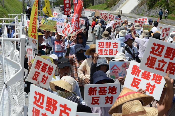 Protesters rally at the gates of Camp Schwab, near the site of new US military runways on the island of Okinawa, August 14, 2014 (AFP Photo/)