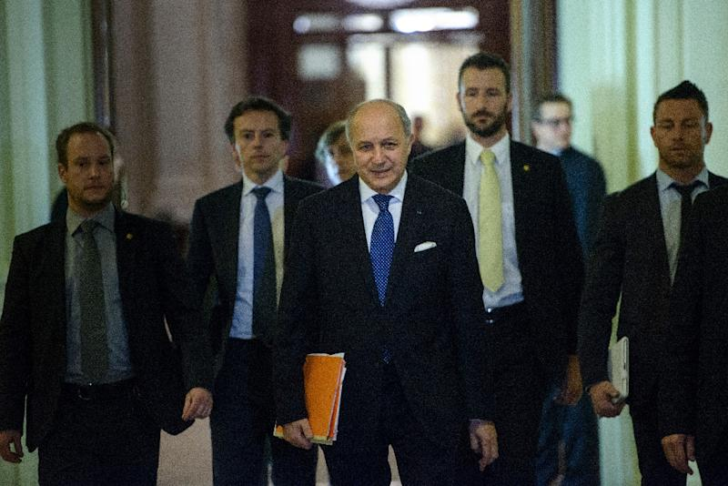 French Foreign Minister Laurent Fabius (C) walks with others during a break in a meeting with world powers on March 31, 2015 in Lausanne (AFP Photo/Brendan Smialowski)