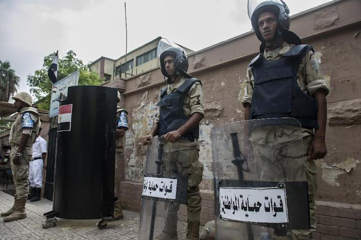Egyptian soldiers stand guard outside a polling station in the Dokki neighbourhood in Cairo's Giza district, on October 19, 2015 (AFP Photo/Khaled Desouki)