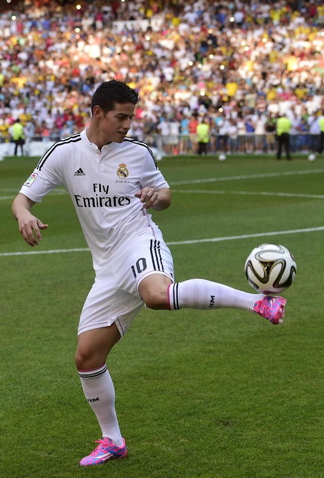 Colombian striker formerly at AS Monaco James Rodriguez controls a ball during his presentation at the Santiago Bernabeu stadium following his signing with Spanish club Real Madrid in Madrid on July 22, 2014 (AFP Photo/Pierre-Philippe Marcou)