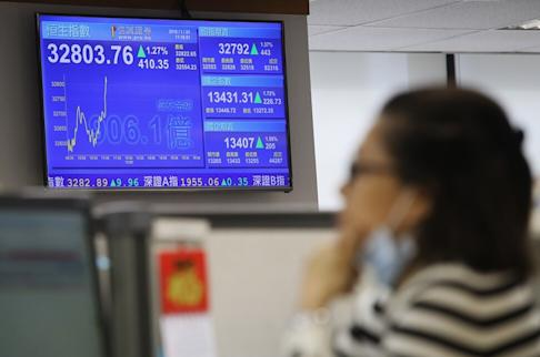 A broker watches on the Hang Seng index at Prudential in Central on 23 January 2018. Photo: Edward Wong