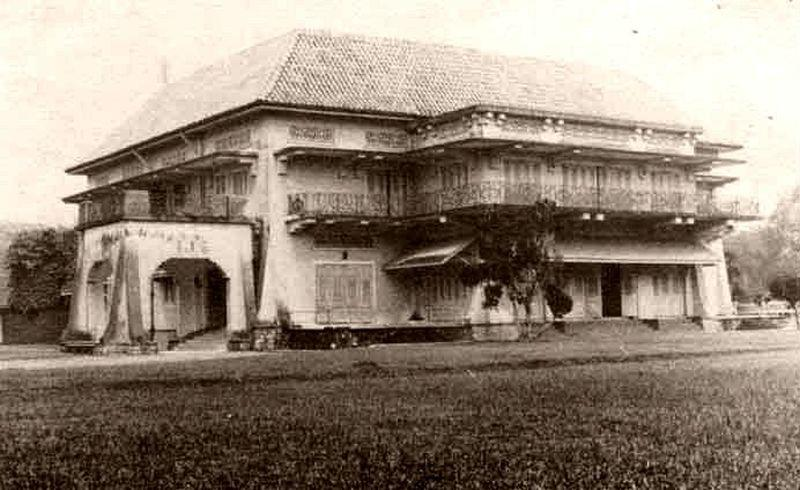 Istana Woodneuk is an abandoned two-storey palace at the former Tyersall Park bound by Holland Road and Tyersall Avenue near the Singapore Botanic Gardens. ― Picture taken from Wikipedia
