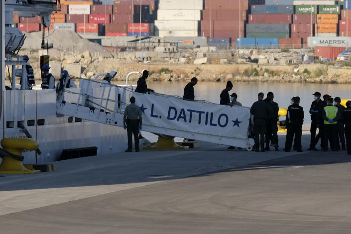 <p>Refugees rescued by the Aquarius depart the ship for solid ground. (Photo: José Colón for Yahoo News) </p>
