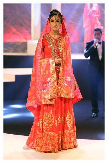 The colour palette of red and orange -- made famous by Mumtaz -- the turquoise and white shararas, the bouffant hairstyles and powdery pinks all found their way into Varma's collection.