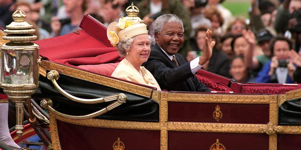 <p>South African President Nelson Mandela and the queen sat in a carriage for his official visit to England.</p>