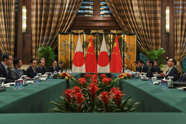 China's Premier Li Keqiang (R) held talks with Japan's Prime Minister Shinzo Abe (2nd L) on the sidelines of a trilateral summit in Chengdu