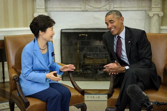 US President Barack Obama and South Korean President Park Geun-hye talk before a meeting in the Oval Office of the White House on October 16, 2015 in Washington, DC (AFP Photo/Brendan Smialowski)