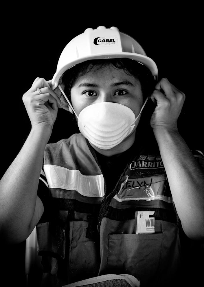 <p>Evelyn De Sollano Luna, a 21-year-old criminology student who volunteered to unload provisions and food after the 7.1 earthquake that hit Mexico on Sept. 19, 2017. (Photo: Omar Torres/AFP/Getty Images) </p>