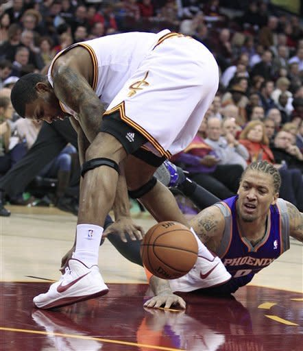 Cleveland Cavaliers' Alonzo Gee, left, and Phoenix Suns' Michael Beasley scramble for a loose ball in the first quarter of an NBA basketball game Tuesday, Nov. 27, 2012, in Cleveland. (AP Photo/Tony Dejak)