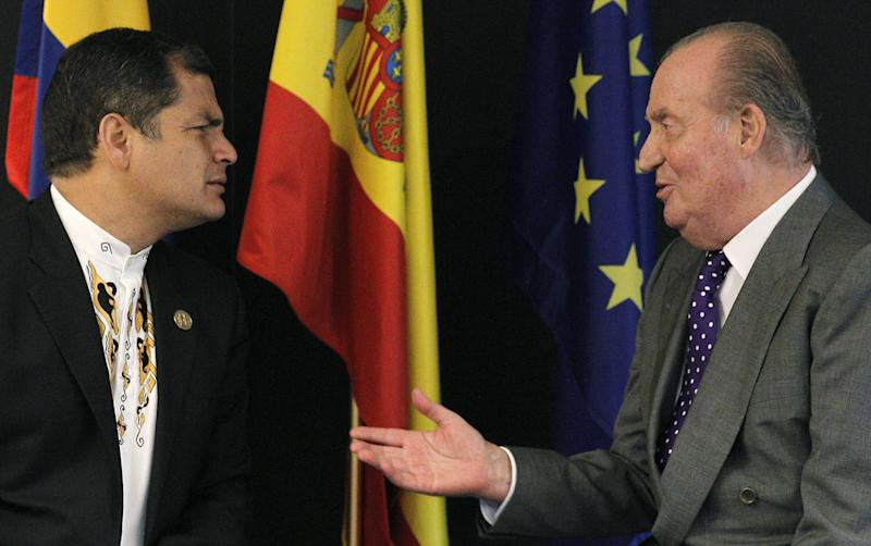 Spain's King Juan Carlos, right, meets with Ecuador's President Rafael Correa during the 22nd Iberoamerican summit in Cadiz, Spain, Friday, Nov. 16, 2012.  (AP Photo/Ballesteros, Pool)