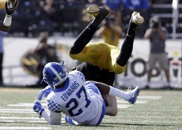"Kentucky's <a class=""link rapid-noclick-resp"" href=""/ncaaf/players/252215/"" data-ylk=""slk:Mike Edwards"">Mike Edwards</a> had a bit of an issue with his pants on Wednesday morning. (AP)"