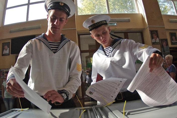 Cadets of the Nakhimov naval academy vote at a polling station during Russia's parliamentary elections, in Sevastopol, Crimea, on September 18, 2016 (AFP Photo/Vasily Batanov)