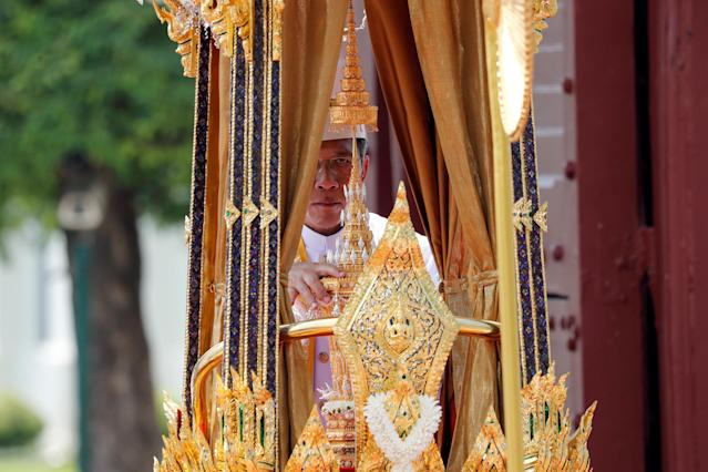 <p>A royal palanquin is carried by soldiers during a procession to transfer the royal relics and ashes of Thailand's late King Bhumibol Adulyadej from the crematorium to the Grand Palace in Bangkok, Thailand, Oct. 27, 2017. (Photo: Jorge Silva/Reuters) </p>