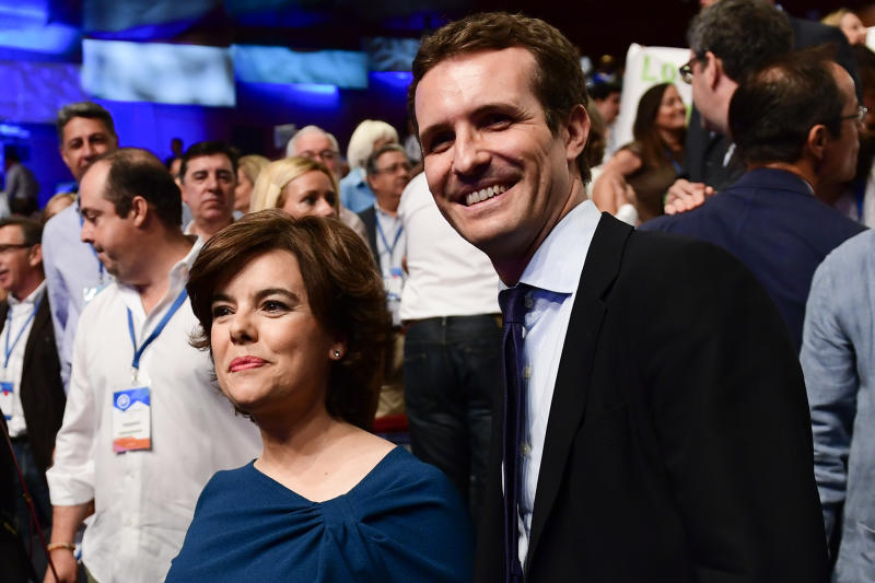 Soraya Sáenz de Santamaría y Pablo Casado. (PIERRE-PHILIPPE MARCOU/AFP via Getty Images)