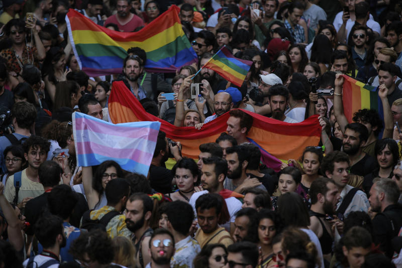 Turkish police disperse LGBTI activists holding banned march
