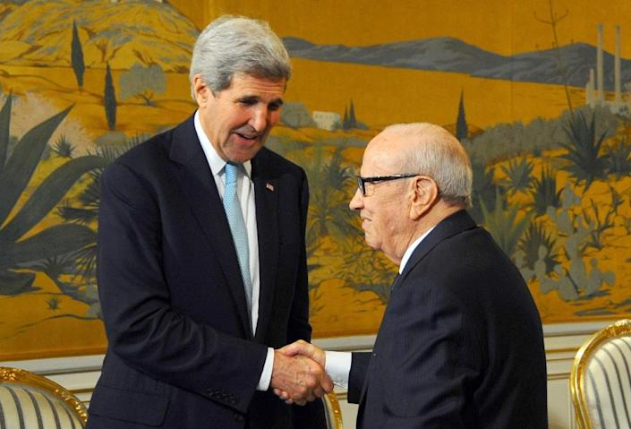 Tunisian President Beji Caid Essebsi (R) greets US Secretary of State John Kerry on November 13, 2015 at the Carthage Palace in Tunis (AFP Photo/Mohamed Khalil)