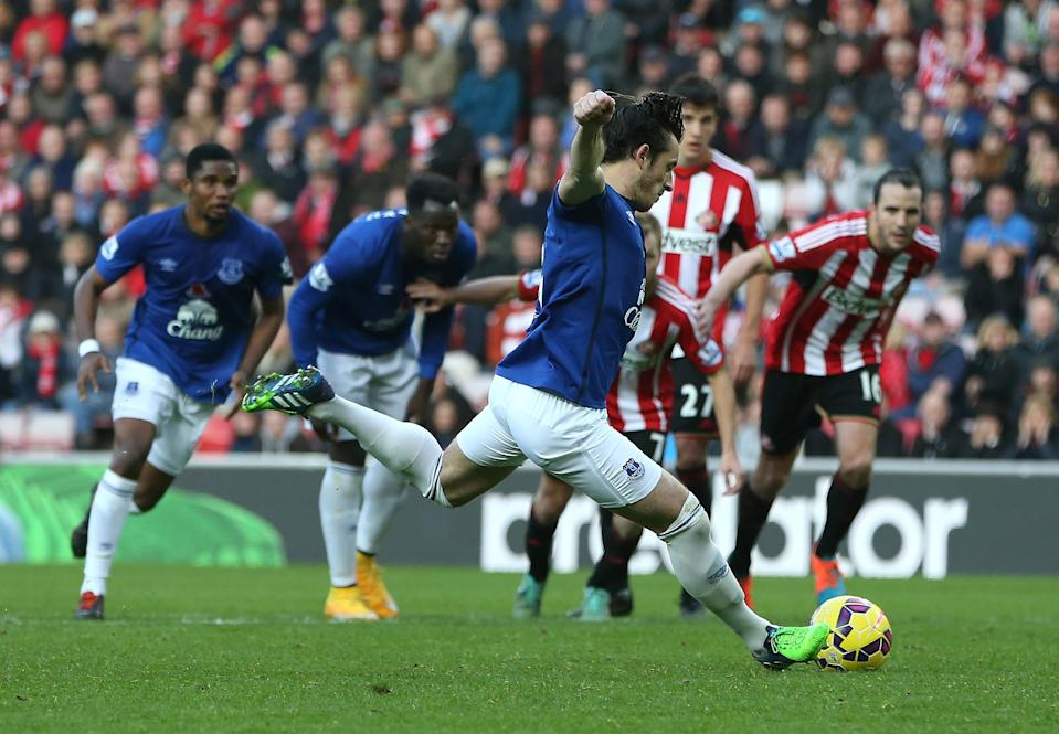 Everton's English defender Leighton Baines scores a penalty to equalise the score during the English Premier League football match between Sunderland and Everton at the Stadium of Light in Sunderland, northeast England, on November 9, 2014 (AFP Photo/Ian MacNicol)