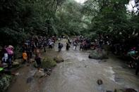 Honduran migrants cross the Lempa river, in the border line between Honduras and Guatemala near of Caliente to cross into Guatemala to join a caravan trying to reach the U.S, in Honduras October 17, 2018. REUTERS/Jorge Cabrera