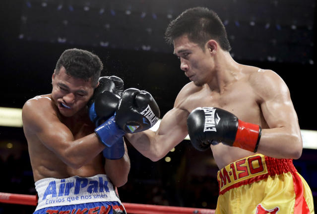 Srisaket Sor Rungvisai (R) hits Roman Gonzalez during their WBC super flyweight championship boxing match Saturday, Sept. 9, 2017, in Carson, Calif. (AP Photo)