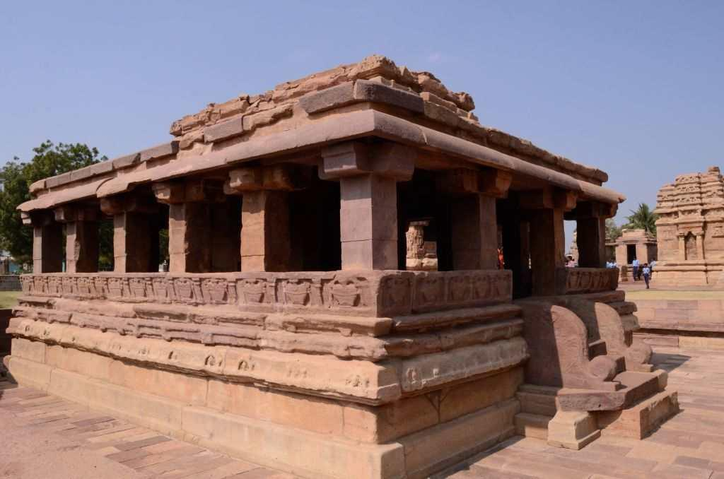 <p>There are several temples in this complex but before I move on, I see Gaudara Gudi and Chakra Gudi. The former is more striking, standing on an elevated platform with 16 pillars. It was probably a Mahalakshmi or Bhagavati temple worshipped by the traders of the Chalukyan era.</p>