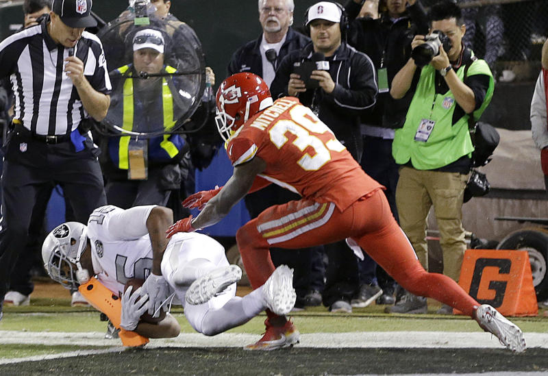 Raiders score on final play to beat Chiefs 31-30
