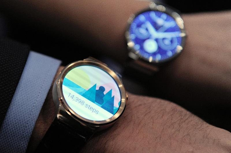 """Two models show the new Huawei's device """"Huawei Watch"""" during a press conference in Barcelona, Spain, on March 1, 2015 (AFP Photo/Josep Lago)"""