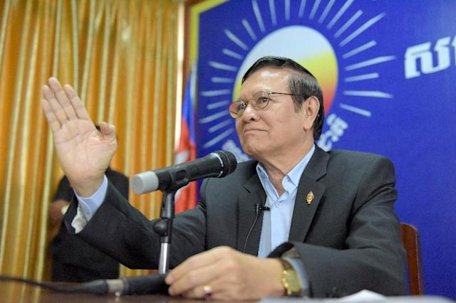 Cambodian opposition leader Kem Sokha speaks to supporters at a meeting at the Cambodia National Rescue Party (CNRP) headquarters in Phnom Penh on October 7, 2016 (AFP Photo/Tang Chhin Sothy)