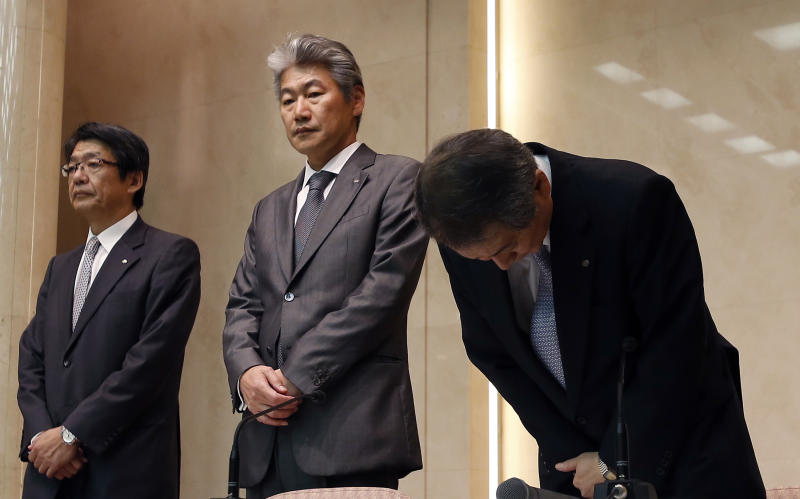 Nomura Holdings Ltd. CEO Kenichi Watanabe bows next to Nomura Securities Co. President Koji Nagai, center, and Senior Managing Director Shoichi Nagamatsu, left, at the start of a press conference in Tokyo Thursday, July 26, 2012. Watanabe announced his resignation in the wake of an insider trading scandal that has tarnished the reputation of Japan Inc. and its biggest investment bank. Watanabe will from Aug. 1 be replaced by Nagai. (AP Photo/Shizuo Kambayashi)