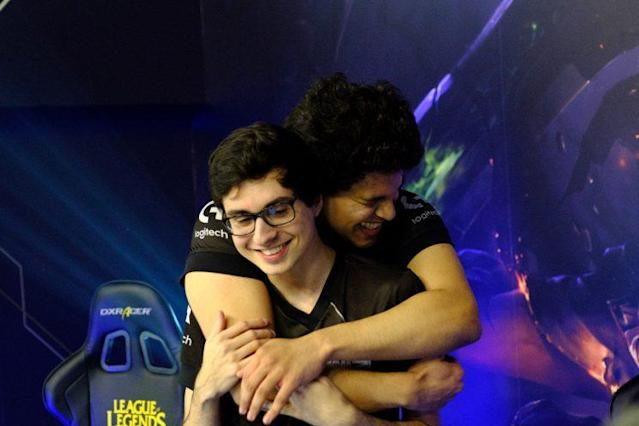 "INTZ top laner Marcelo ""Ayel"" Mello hugs Shini after their 2-0 sweep of CNB in Week 1 of 2017 CBLoL Winter (Riot Games Brazil/lolesportsbr)"