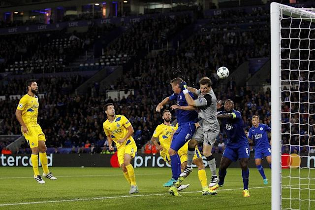 Leicester City defender Robert Huth (4R) clashes with Porto's goalkeeper Iker Casillas (3R) during the UEFA Champions League group G match (AFP Photo/Ian Kington)
