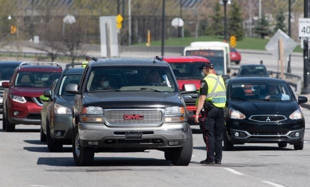 Ottawa police question motorists trying to cross into Ontario from Gatineau, Que., on Monday. (Adrian Wyld/Canadian Press - image credit)