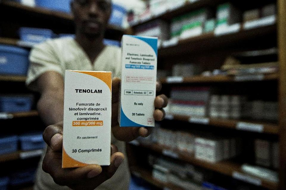 A man holds ARVs (anti retroviral drugs) at the MSF (Medecins Sans Frontieres) pharmacy in the town of Lingala, on November 30, 2015 (AFP Photo/Junior D. Kannah)