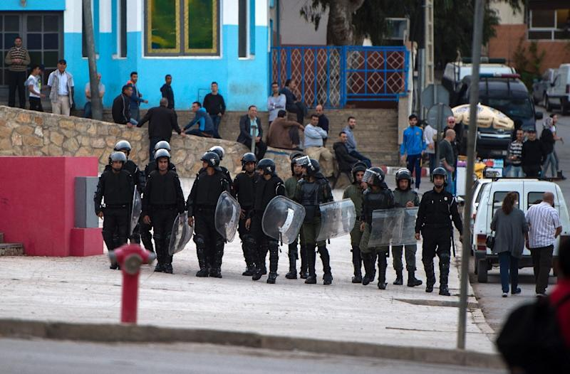 Moroccan police search for protestors from Morocco's al-Hirak al-Shaabi movement as they shout slogans on October 28, 2017 in the troubled northern town of Al Hoceima (AFP Photo/FADEL SENNA)